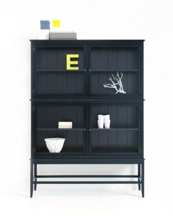 Svart vitrinskåp med ben, Oliver Furniture